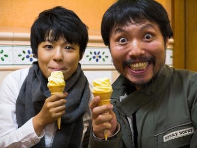 ソフトクリームを食べる二人
